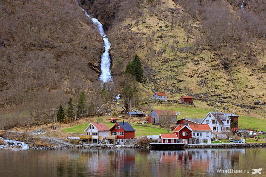 Домики на берегу фьорда