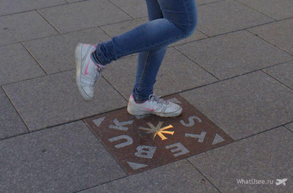 Волшебная плитка на Кафедральной площади Вильнюса