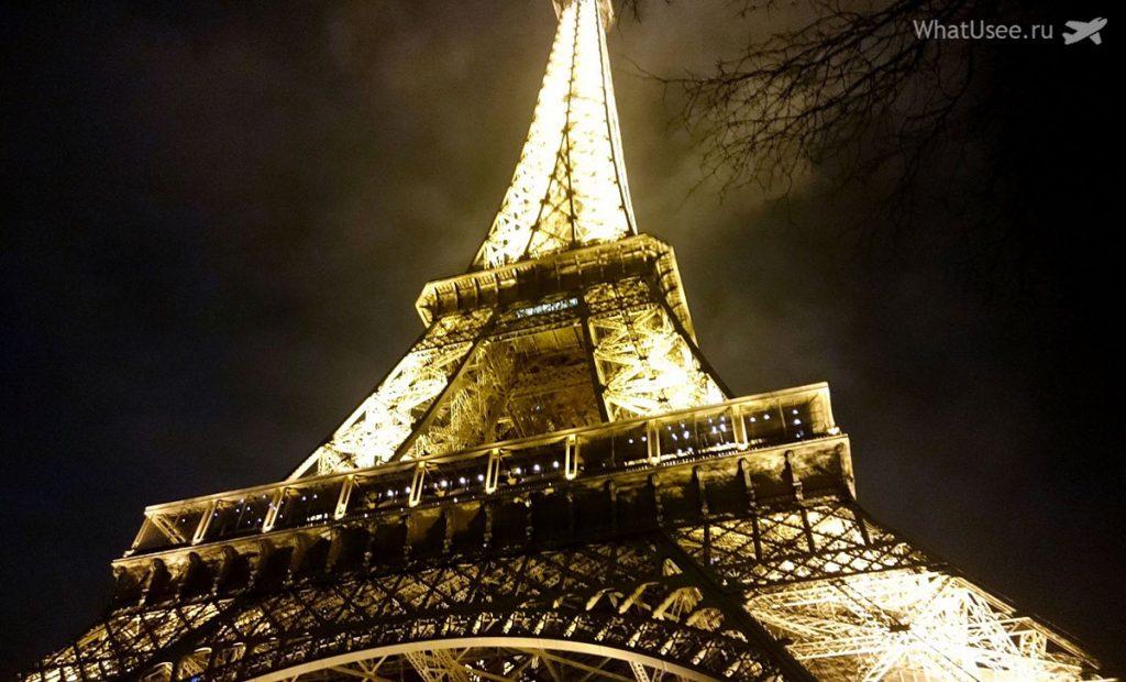 Эйфелева башня в Париже зимой