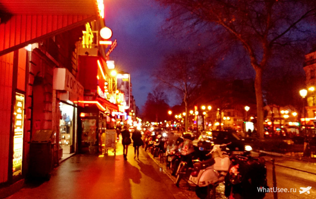 Вечером у Мулен Ружа в Париже