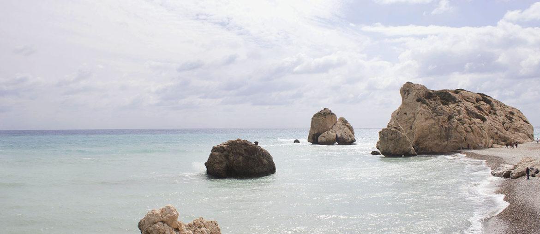 Бухта Афродиты на Кипре и скалы