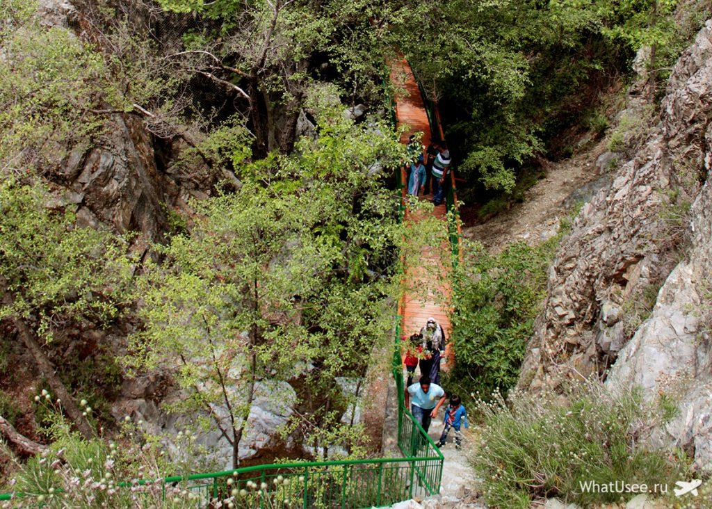 Спуск к водопаду на Кипре