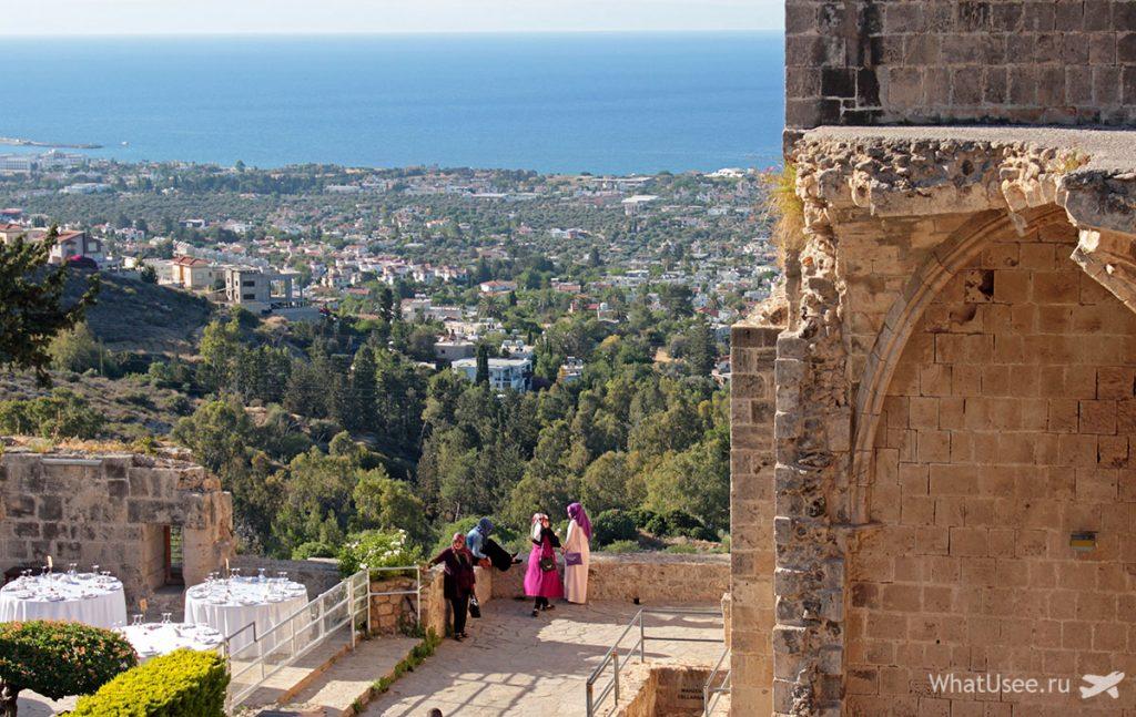 Вид на Кирению из аббатства Беллапаис