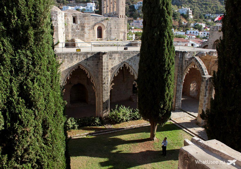 Двор аббатства Беллапаис на Кипре