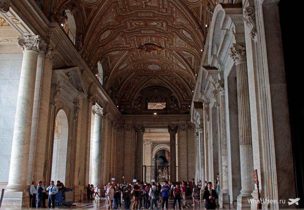 Вход в собор Святого Петра в Ватикане