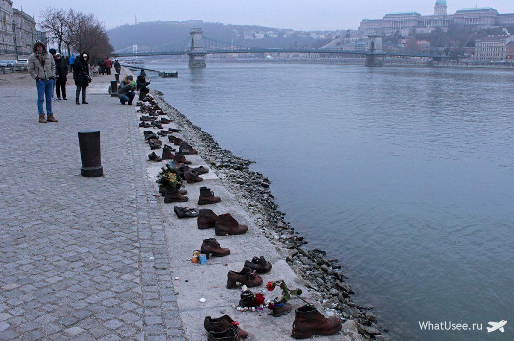 Памятник туфли на набережной Дуная