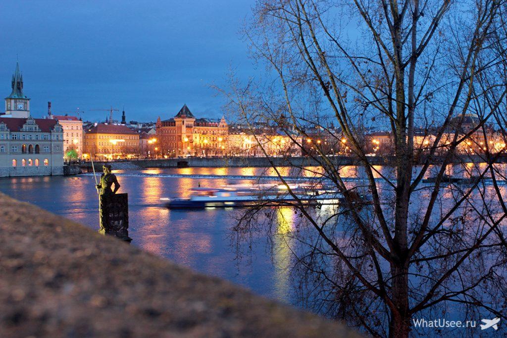 Влтава и Карлов мост зимой