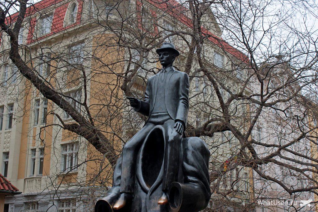 Памятник Францу Кафке у Испанской синагоги в Праге