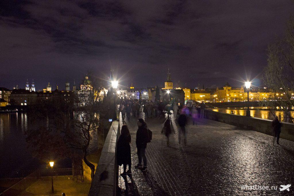 На Карловом мосту в Праге вечером