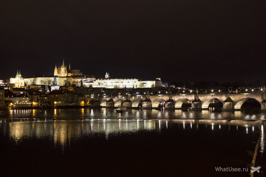 Вид на Карлов мост в Праге вечером
