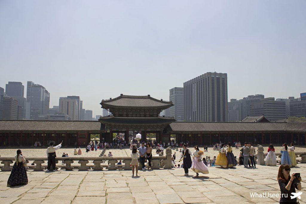 Тронный зал во дворце Кёнбоккун