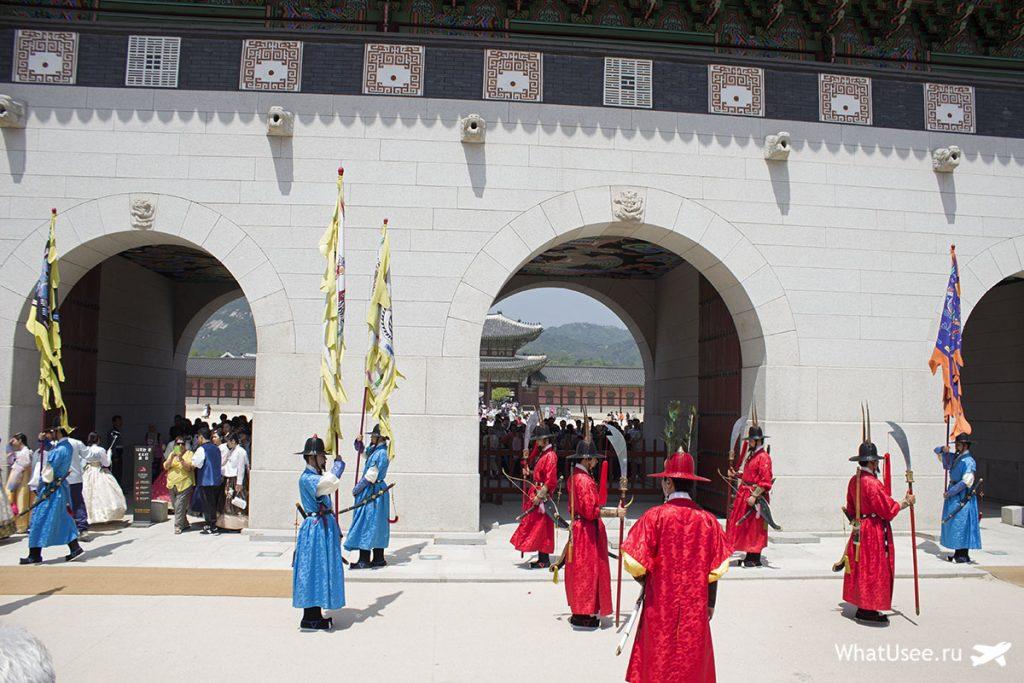 Смена караула и дворец Кёнбоккун