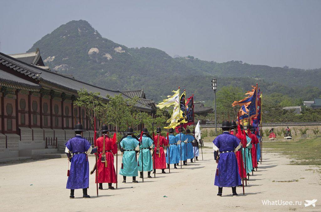 Смена караула во дворце Кенбоккун в Сеуле