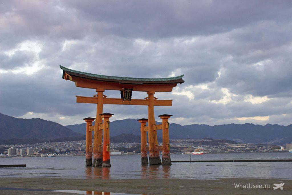 Тории святилища Ицукусима в Японии