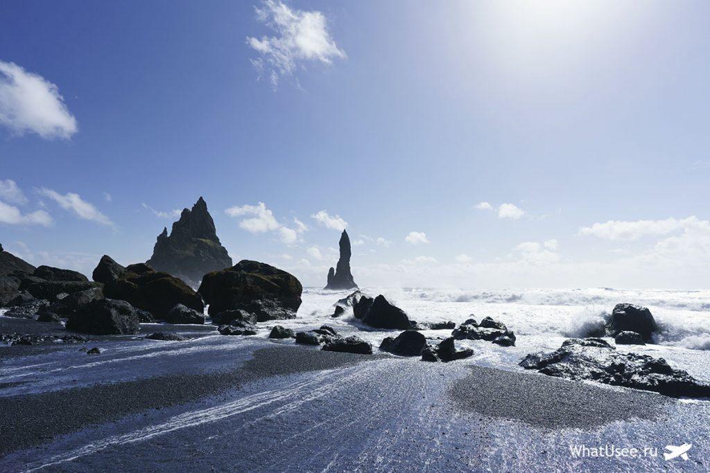 На пляже Vik в Исландии
